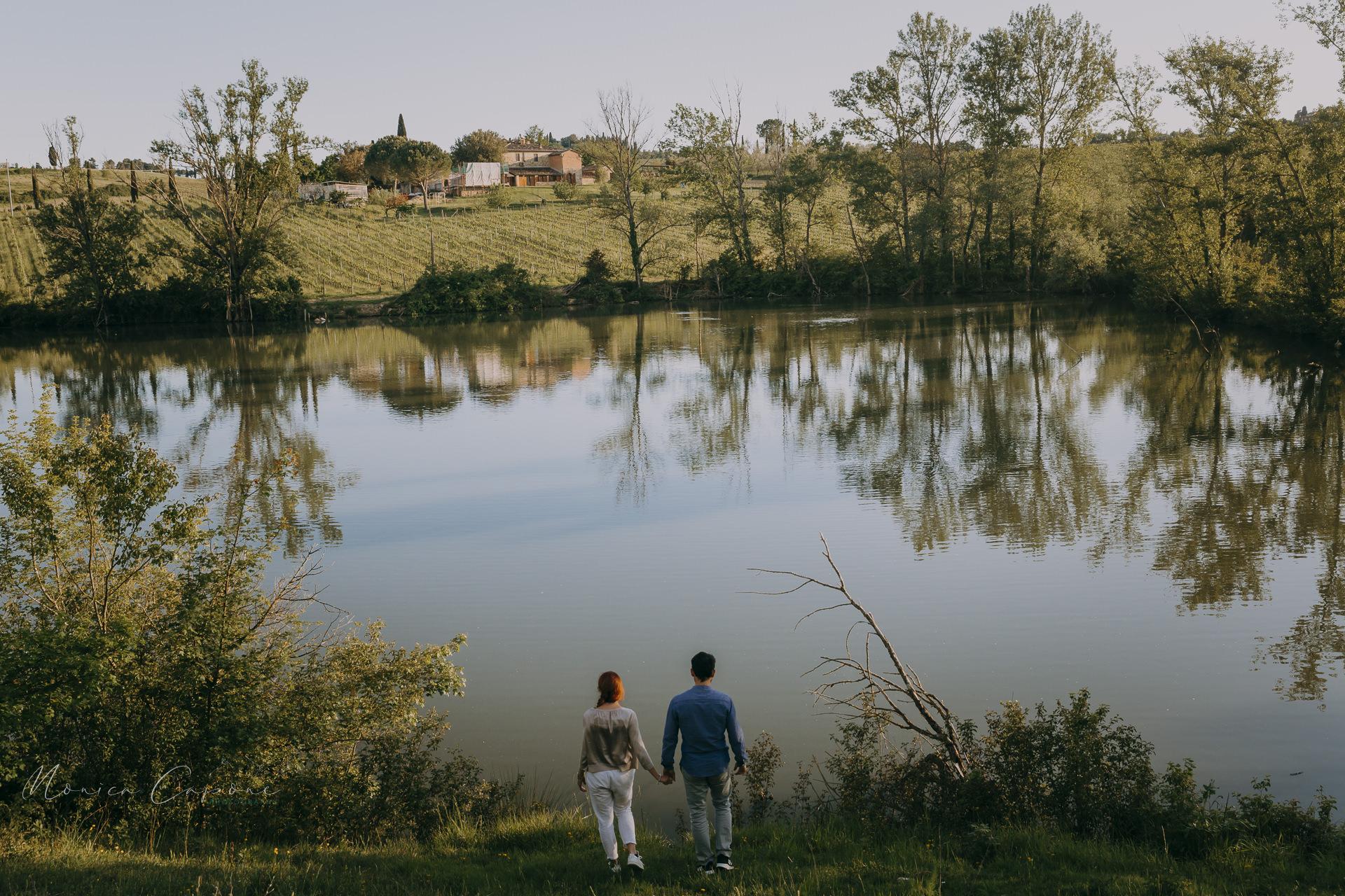 romantic-lakeside-engagement-shoot